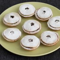 Mince pies with grapes and dates