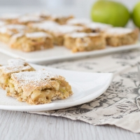 Apple tray bake