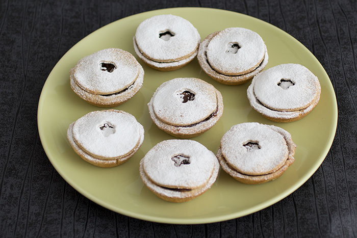Mince pies with grapes and dates, easy to make and delicious